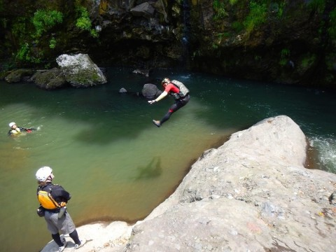 崖からダイビング キャニオニング